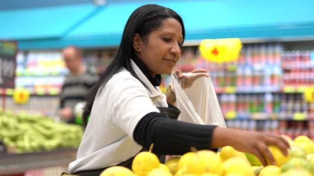 アフロ ブラジル女性従業員選ぶ右のパッション フルーツ