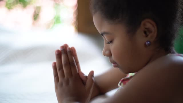 afro child praying at home - cristianesimo video stock e b–roll