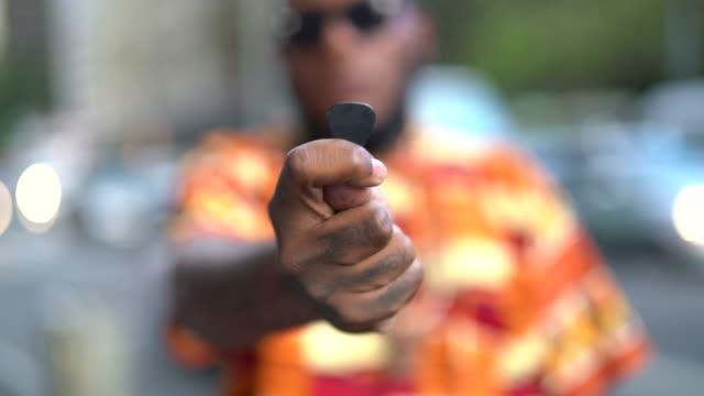 あなたの選択を示すアフロ系歌手 - アコースティックギター点の映像素材/bロール
