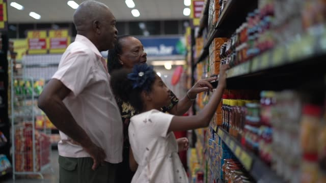 vídeos de stock e filmes b-roll de afro hispanic latino family buying on supermarket - gordo