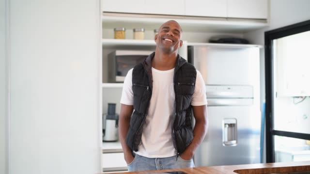 vídeos de stock e filmes b-roll de afro hispanic latino man portrait at home - domestic kitchen