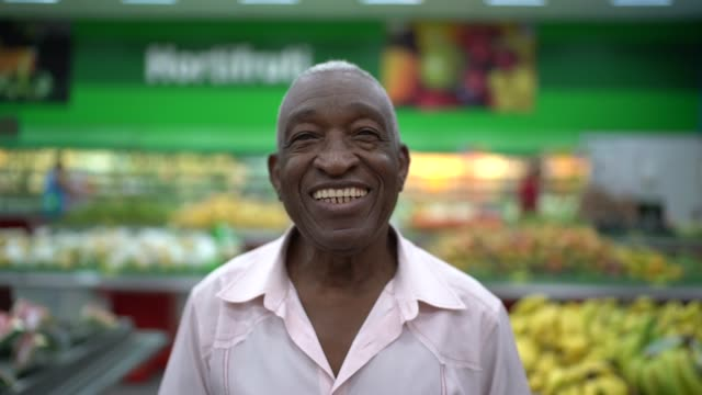 afro hispanic latino senior man portrait al supermercato - un giorno nella vita video stock e b–roll