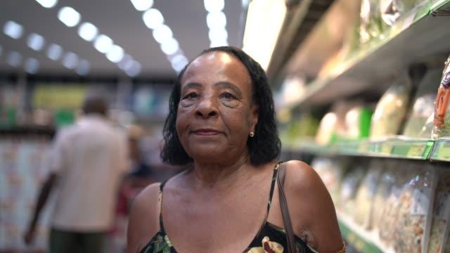 スーパーでアフロのヒスパニック ラテン年配の女性の肖像画 - パルド人点の映像素材/bロール