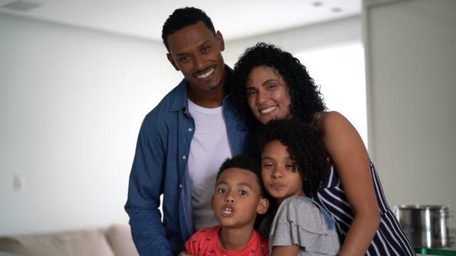 vídeos de stock, filmes e b-roll de retrato latin da família do afro em casa - dois genitores