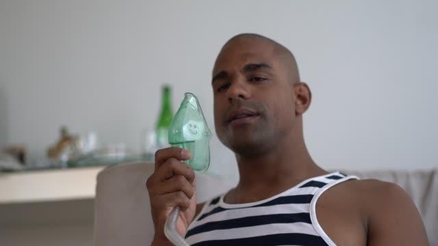 vídeos y material grabado en eventos de stock de hombre latino afro tiene un inhalador de vapor de la máscara - sistema respiratorio
