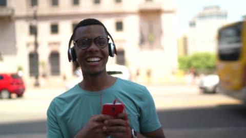 アフロのラテン都市におけるモバイルおよびリスニング音楽の使用 - generation z点の映像素材/bロール