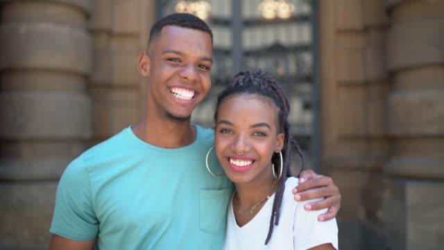 vídeos de stock, filmes e b-roll de retrato novo latino dos pares do afro na cidade - casal jovem