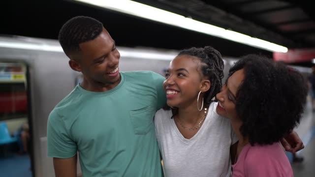 vídeos de stock, filmes e b-roll de afro latino jovens amigos do retrato de metro - três pessoas