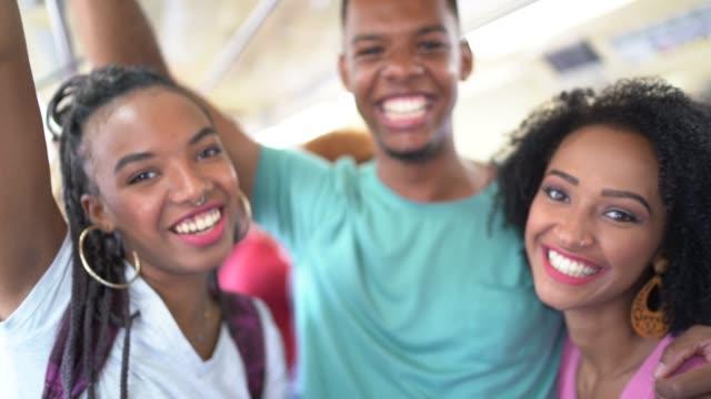 vídeos y material grabado en eventos de stock de afro latina jóvenes amigos en el metro retrato - estación edificio de transporte