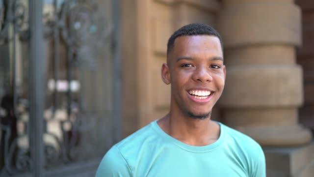vídeos y material grabado en eventos de stock de afro latino joven hombre en el retrato de la ciudad - de origen español o portugués