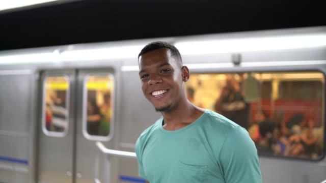 vídeos y material grabado en eventos de stock de retrato de hombre joven latina afro en la estación de metro - estación edificio de transporte