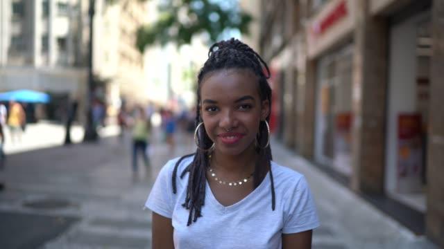 都市の肖像画でアフロ ・ ラテンの若い女性 - パルド人点の映像素材/bロール