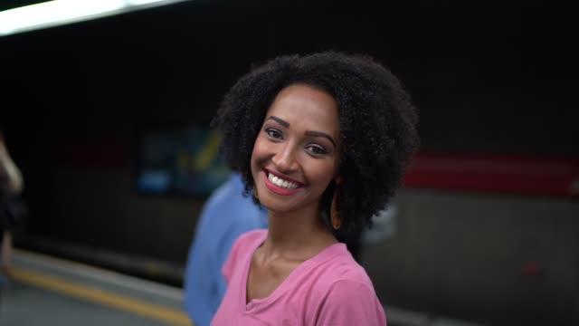 vídeos y material grabado en eventos de stock de retrato de mujer joven latina afro en la estación de metro - hora punta temas