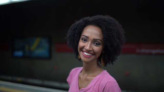 地下鉄駅でアフロ ・ ラテン若い女性の肖像画 - アフリカ系カリブ人点の映像素材/bロール