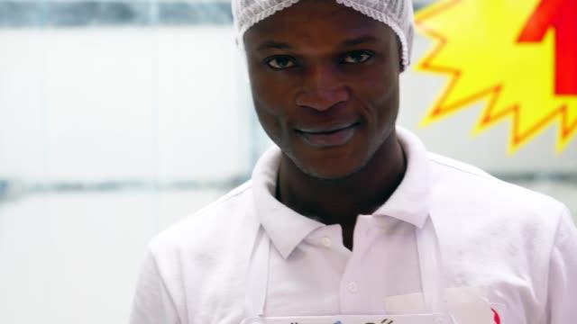 vídeos de stock, filmes e b-roll de homem afro retrato na carnificina - etnia