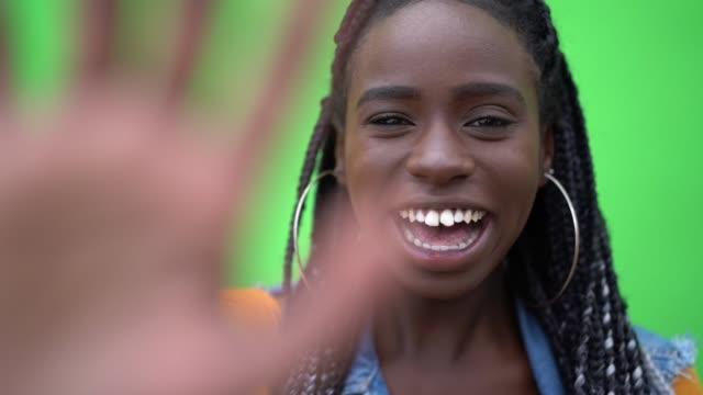 vídeos y material grabado en eventos de stock de bienvenida y amistoso saludo de mujer afro - saludar