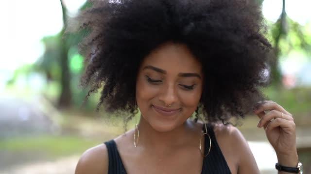 vídeos y material grabado en eventos de stock de retrato de mujer de ascendencia jóvenes afro - rizado peinado