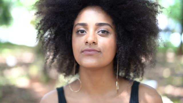 vídeos y material grabado en eventos de stock de retrato de mujer de ascendencia jóvenes afro - cabo verde