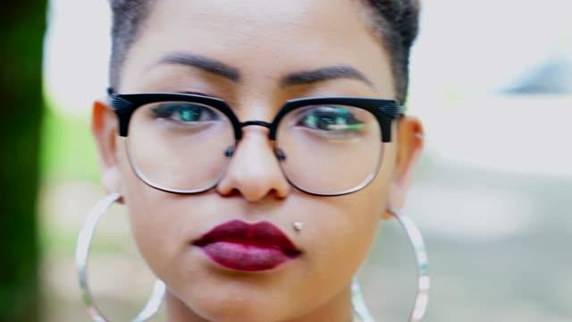 vídeos y material grabado en eventos de stock de retrato de mujer de ascendencia jóvenes afro - confianza