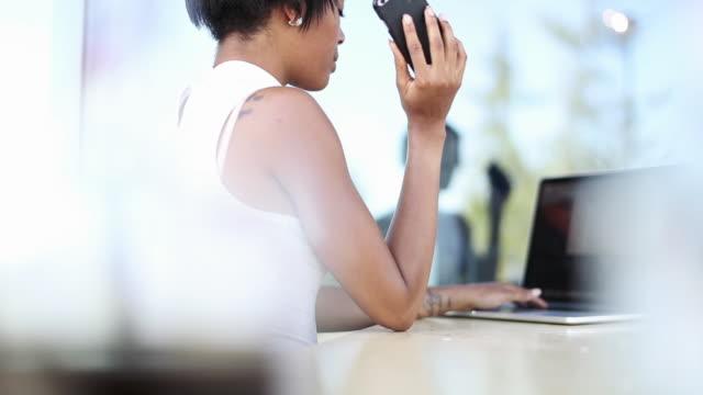 stockvideo's en b-roll-footage met afro-american business woman in cafe - middellang haar