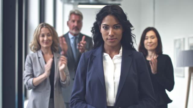 Stolz auf ihre Errungenschaften afroamerikanischen Geschäftsfrau