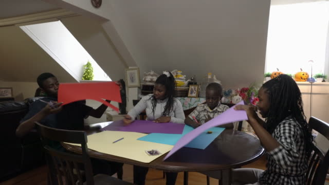 afro-amerikanische familie papier handwerk haus - familie mit vier kindern stock-videos und b-roll-filmmaterial