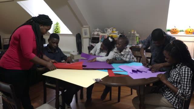 afro-americano famiglia carta artigianale casa - arti e mestieri video stock e b–roll