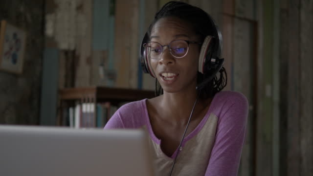 afro-caribbean woman working from home during the covid lockdown - アフリカ系カリブ人点の映像素材/bロール