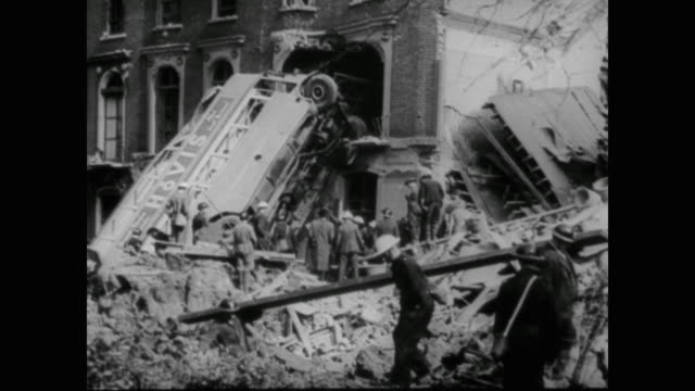 vídeos y material grabado en eventos de stock de after 28 days of bombing the people of london, from the working class to the royal family, assess the damage to their property and their cultural... - víctima de accidente