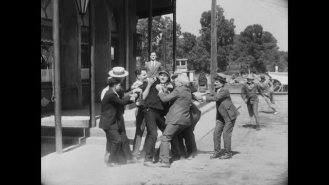 vidéos et rushes de 1928 after a fight between rivals (ernest torrence, tom mcguire), one man is taken into custody - séparation