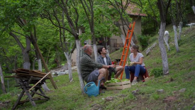 vidéos et rushes de après une dure journée de travail - gant de jardinage