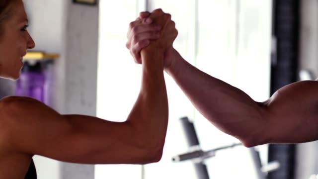 vídeos de stock e filmes b-roll de after a workout - dar mais cinco