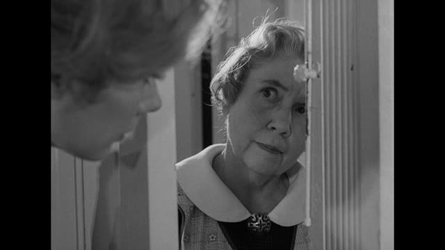 vídeos y material grabado en eventos de stock de 1962 after being frightened by a ghoulish figure in the house, a woman learns that she might be the only one seeing him - cerrar con llave