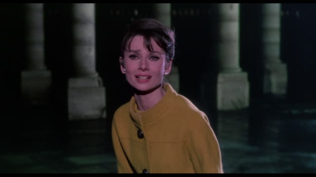 stockvideo's en b-roll-footage met 1963 after chasing a confused woman (audrey hepburn) through the paris streets, a man (cary grant) joins another man (walter matthau) in deadly standoff - ontsnappen