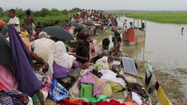 after crossing the bangladesh myanmar naf river border myanmar rohingya people waiting in the palongkhali no man's land to entered cox's bazar... - cox basar stock-videos und b-roll-filmmaterial