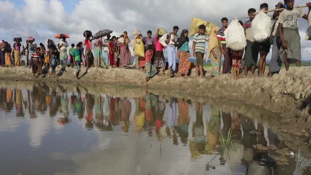 after crossing the bangladesh myanmar naf river border myanmar rohingya people crossing the jamtoli area in cox's bazar according to unhcr more than... - cox basar stock-videos und b-roll-filmmaterial