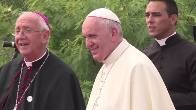 vídeos de stock e filmes b-roll de after delivering mass, the pope mounted a hill overlooking holguin to bless the city at the site of a cross erected there in the 18th century by a... - benção