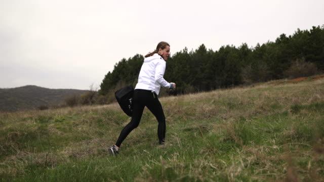 vídeos de stock, filmes e b-roll de depois de terminar seu treino na natureza mulher fitness cansado indo para casa - cansado