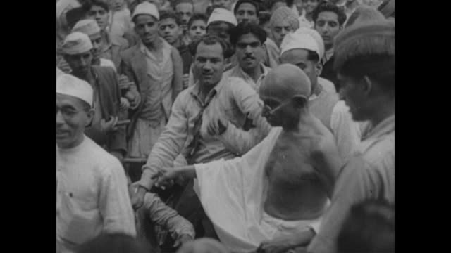 after negotiations between hindu and muslim leaders, the partition and independence of india takes place - anno 1947 video stock e b–roll
