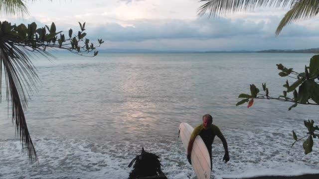 vídeos y material grabado en eventos de stock de después de surf - costa rica