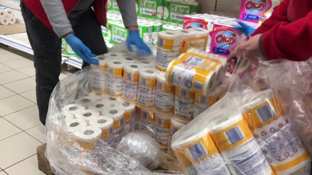 vídeos de stock e filmes b-roll de after the announcement of the closure of schools due to coronavirus, worried french begin to make food stocks at supermarket on march 14, 2020 in... - prateleira objeto manufaturado