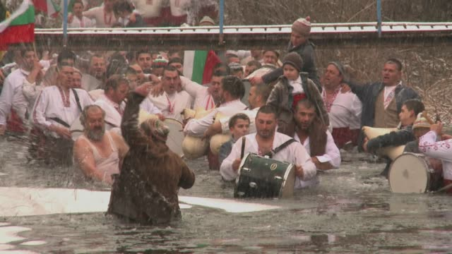 after the christmas feasts many may be tempted to take up a strict exercise regime but in bulgaria the annual ritual is a little more extreme and... - gefrorenes wasser stock-videos und b-roll-filmmaterial