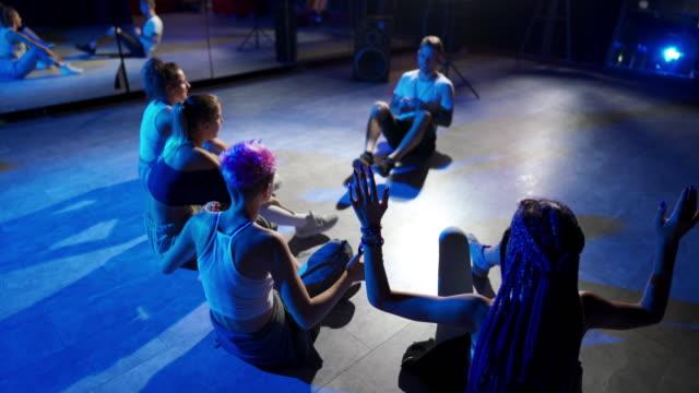ダンス教室の後 - リハーサル点の映像素材/bロール