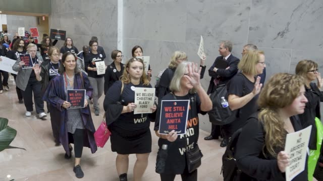 after the kavanaugh/ford hearing demonstrators exited the hart senate office building and marched to the steps of the u.s. supreme court building... - 隣り合う点の映像素材/bロール