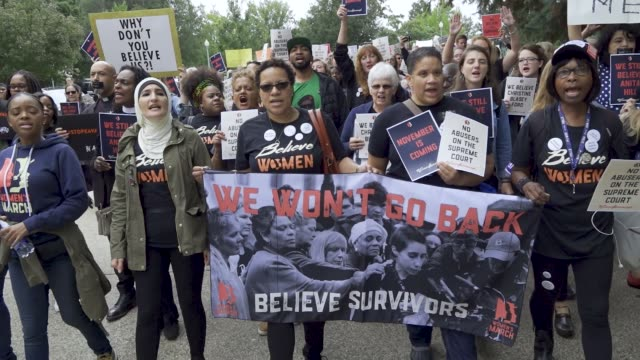 after the kavanaugh/ford hearing demonstrators exited the hart senate office building and marched to the steps of the us supreme court building where... - usa:s högsta domstol capitol hill bildbanksvideor och videomaterial från bakom kulisserna