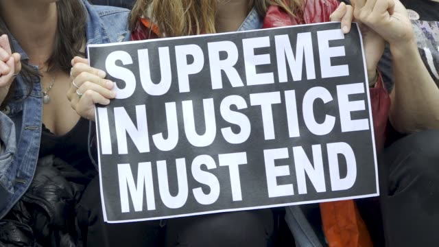 after the kavanaugh/ford hearing demonstrators exited the hart senate office building and marched to the steps of the u.s. supreme court where they... - 隣り合う点の映像素材/bロール