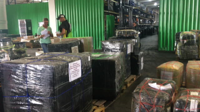 after the measures of economic aperture, cubans are travelling much more and importing large items from different countries. the image shows the... - bländare bildbanksvideor och videomaterial från bakom kulisserna