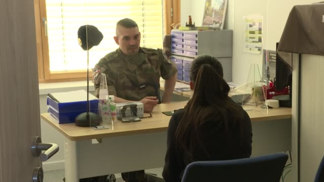 stockvideo's en b-roll-footage met after two months of closure due to confinement, the saint-denis military recruitment centre, like the more than 100 others in france, has reopened... - in dienst gaan
