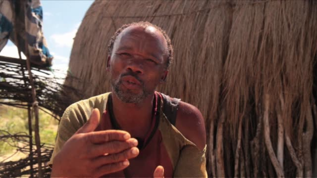 vídeos y material grabado en eventos de stock de after winning a long court battle with botswana's government the bushmen of the kalahari can now return to their ancestral lands and resume digging... - desierto del kalahari