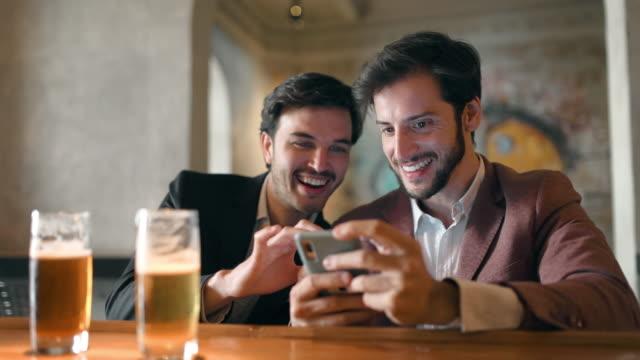 nach der arbeit bier mit freunden an der bar - betrunken stock-videos und b-roll-filmmaterial